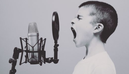言いづらいことを言うときは小さく、褒めるときはおおげさに